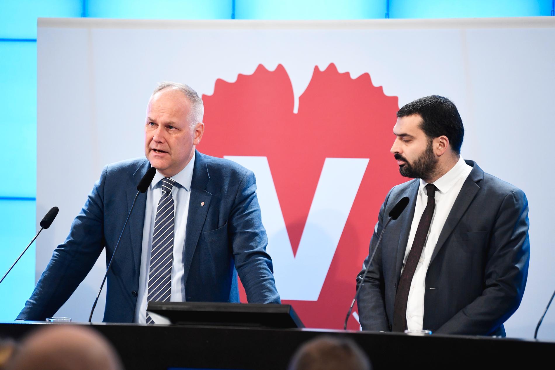 Vänsterpartiets ordförande Jonas Sjöstedt och riksdagsledamot Ali Esbati hotar med att väcka misstroende mot arbetsmarknadsminister Eva Nordmark (S).