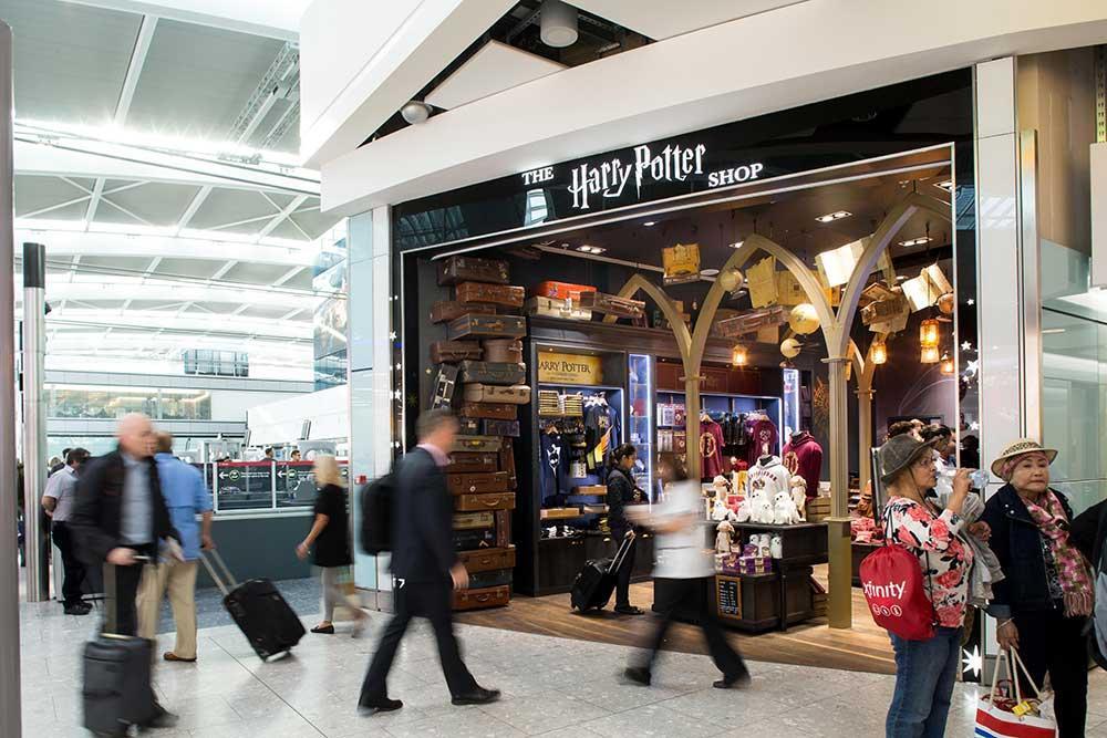 Ta en titt i Harry Potter-butiken på Heathrow airport.