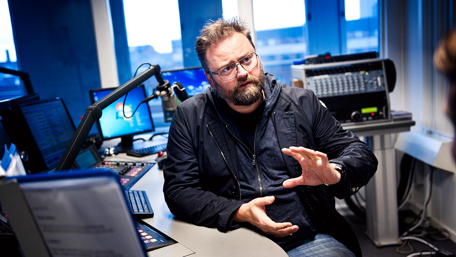 Adam Alsing i radiostudion.
