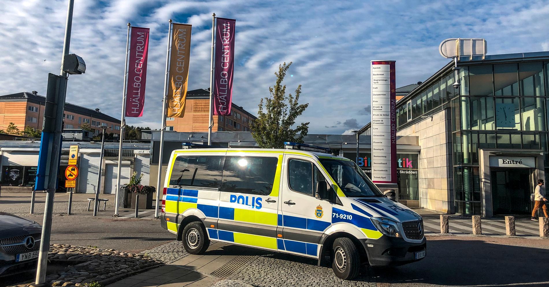 Flera gånger den senaste tiden har kriminella nätverk upprättat vägspärrar i Angered i nordöstra Göteborg.
