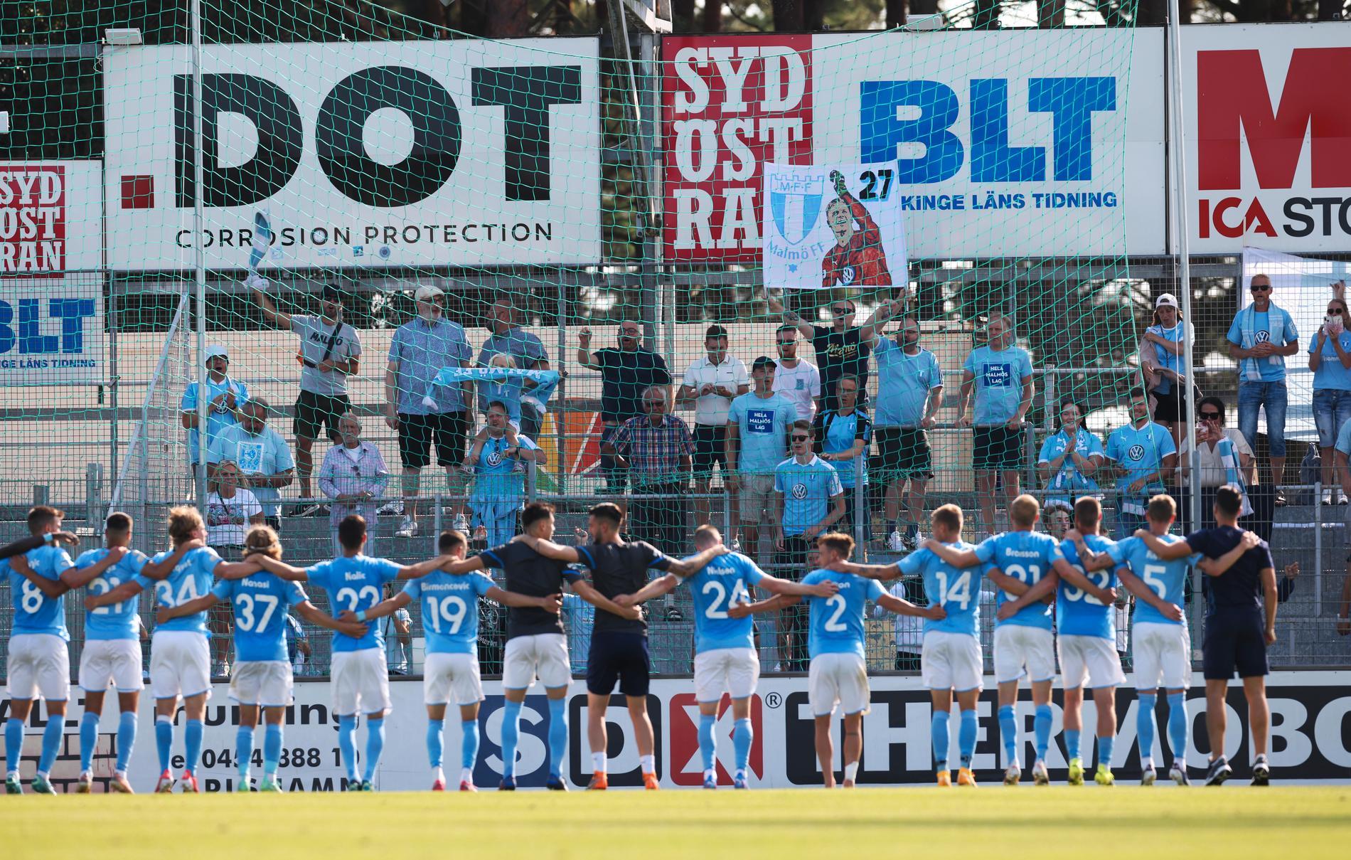 Malmö FF-spelarna tackade bortaklacken efter 2–0-segern borta mot Mjällby på Strandvallen.