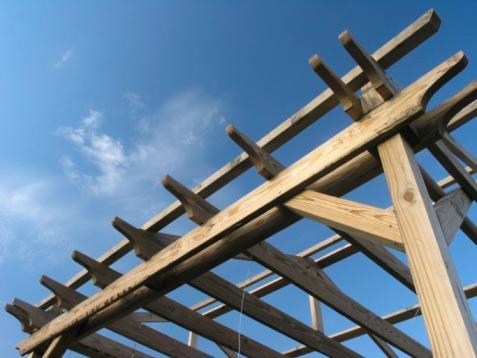 Ett exempel på fackverk för pergolans tak. Snedsågade eller rundade kanter på de utstickande reglarna kan var fint.
