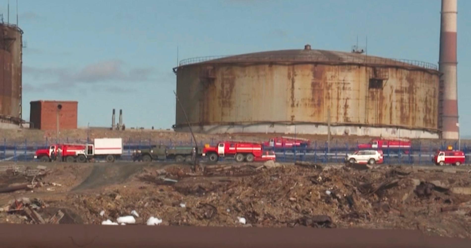 Lastbilar från ryska katastrofmyndigheten på platsen för dieselläckan i Norilsk. Bild från i onsdags.