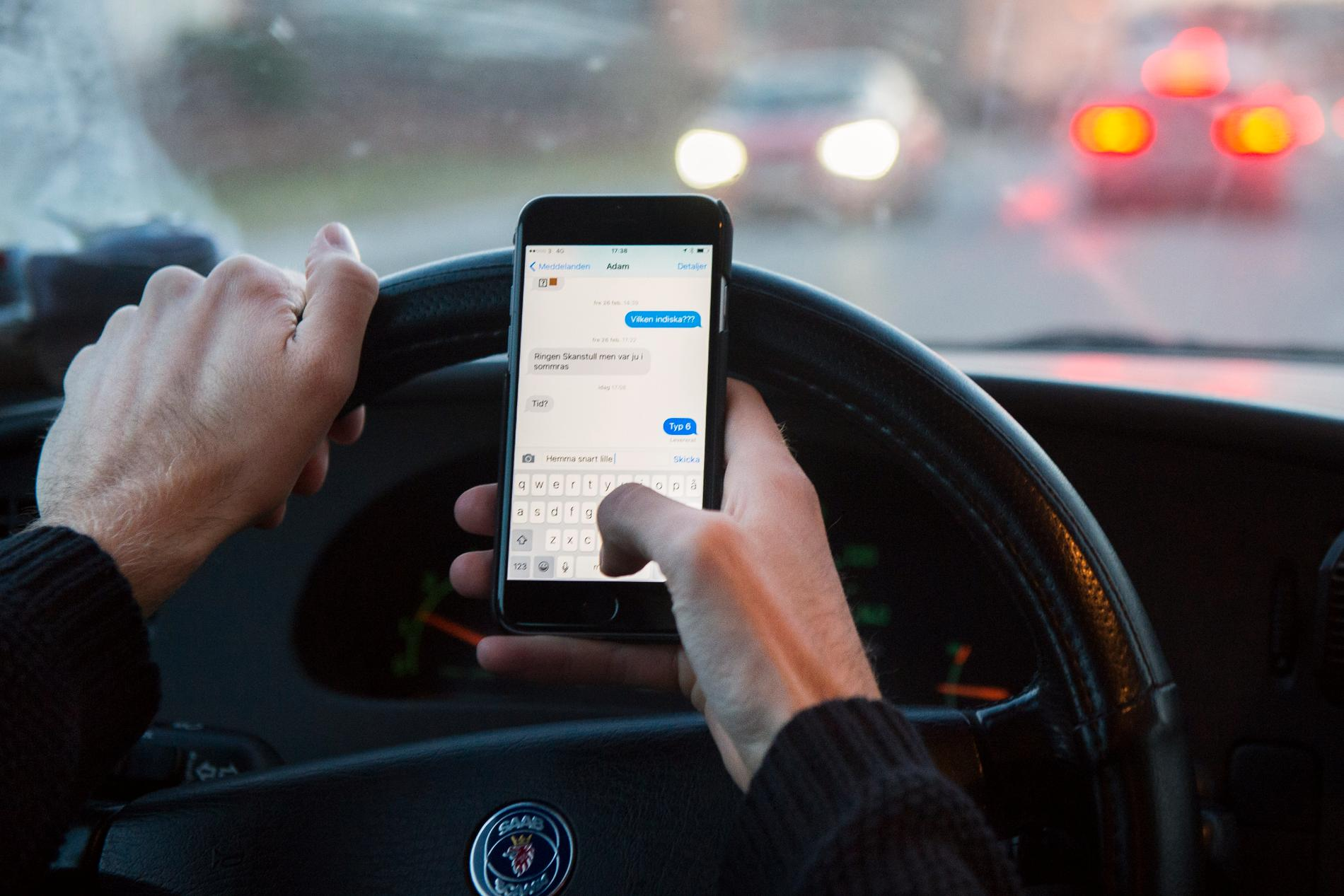 Den som använder mobilen under bilkörning ska nu kunna bötfällas direkt. Arkivbild.