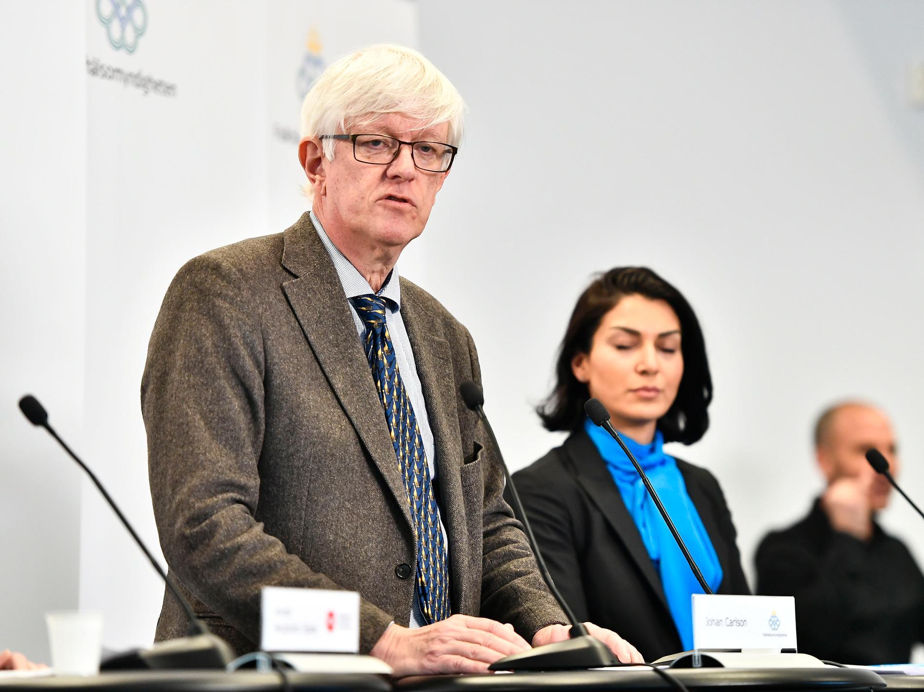 Johan Carlsson (GD Folkhälsomyndigheten) och Taha Alexandersson (Socialstyrelsen) vid fredagens presskonferens på Folkhälsomyndigheten.