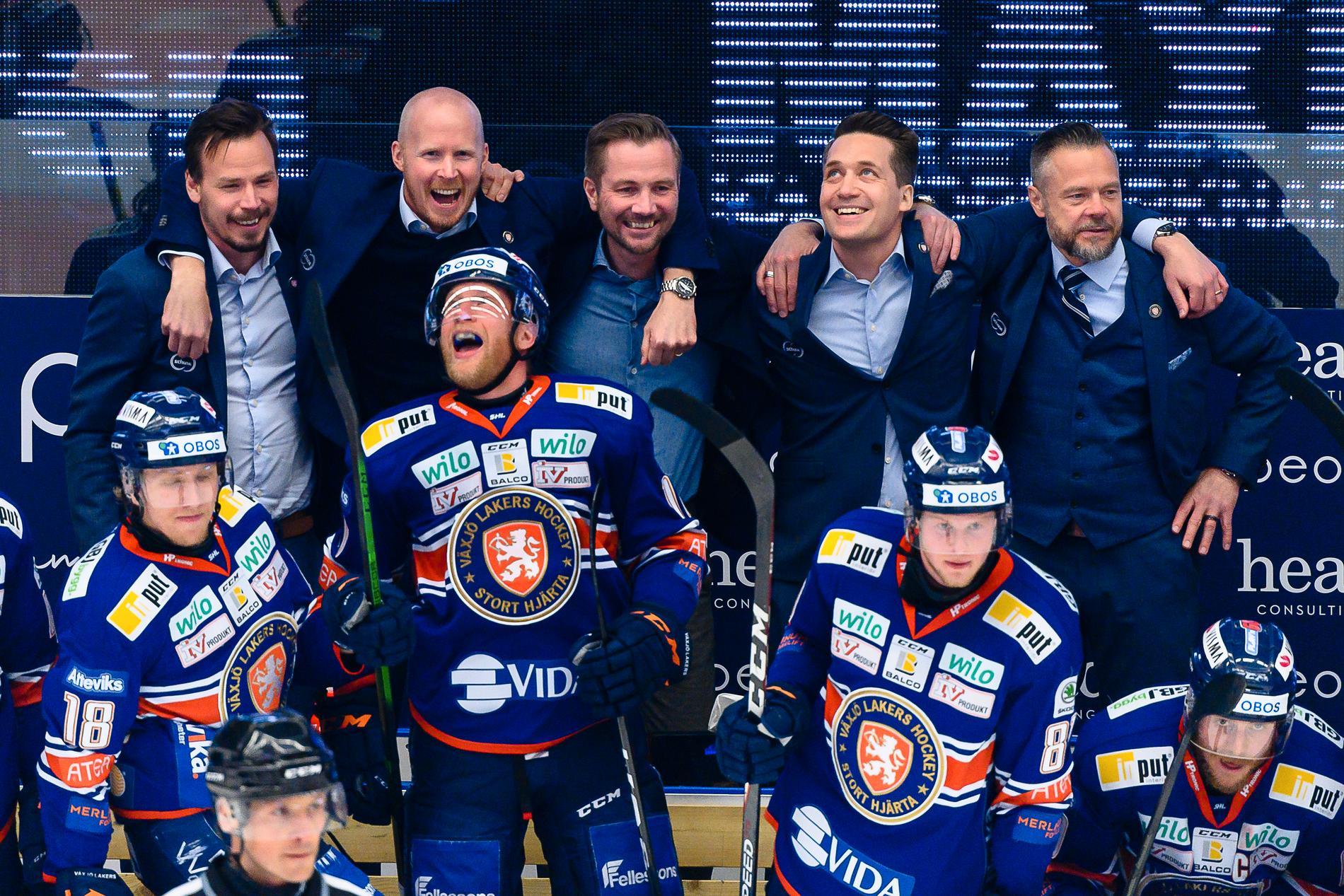 Henrik Evertsson och Sam Hallam med flera firar SM-guld 2021.