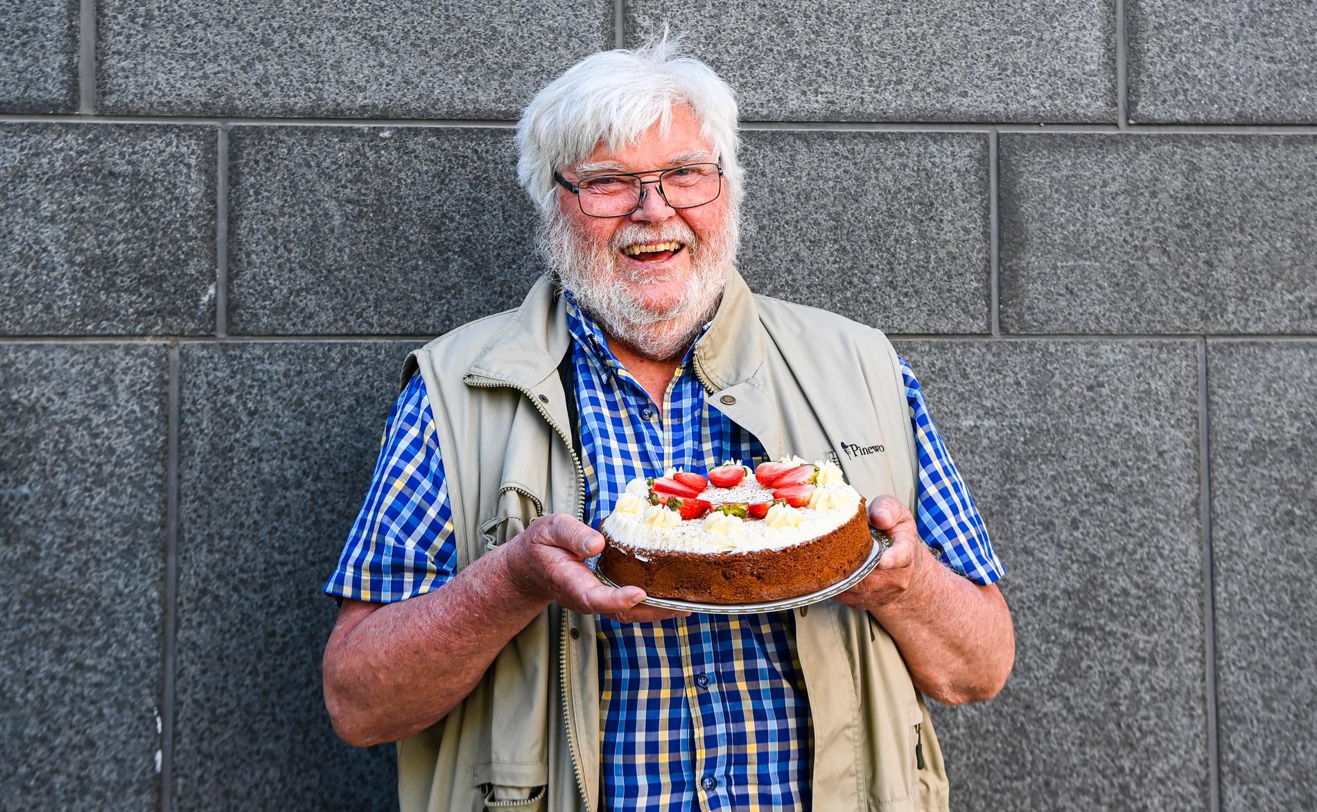 Jan Österberg, 81, har skickat en tårta i veckan till hustruns vårdhem.