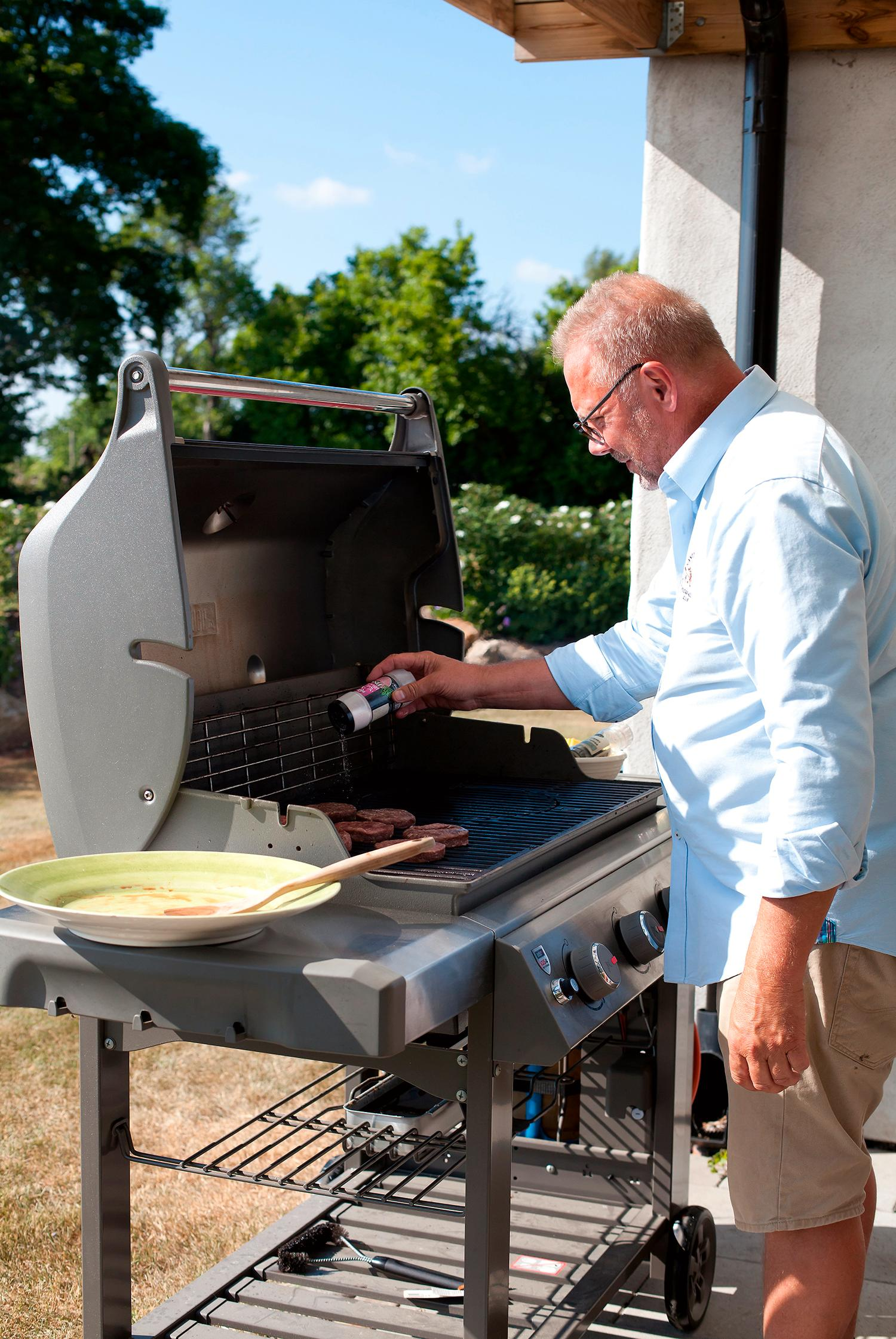 Anders trivs som bäst när familj och vänner träffas för spontana middagar och då ställer han sig gärna vid grillen.