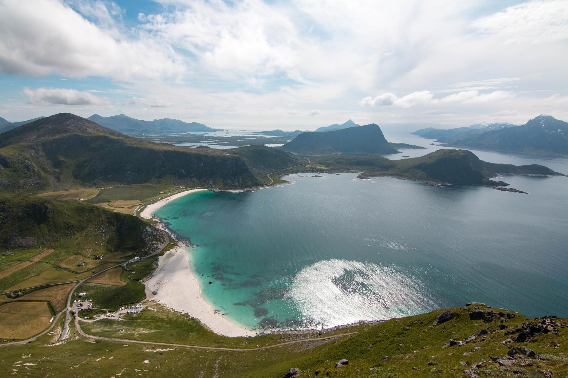 Stranden Hauklandstranda i norra Norge är omringad av berg.