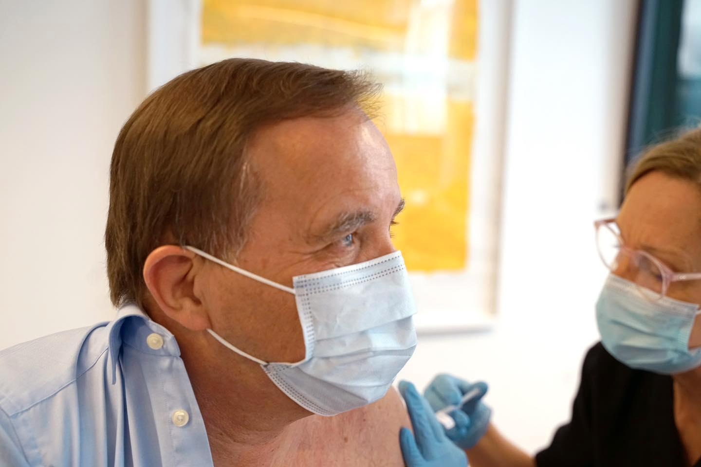 Här får Stefan Löfven sin första vaccinspruta mot covid-19.