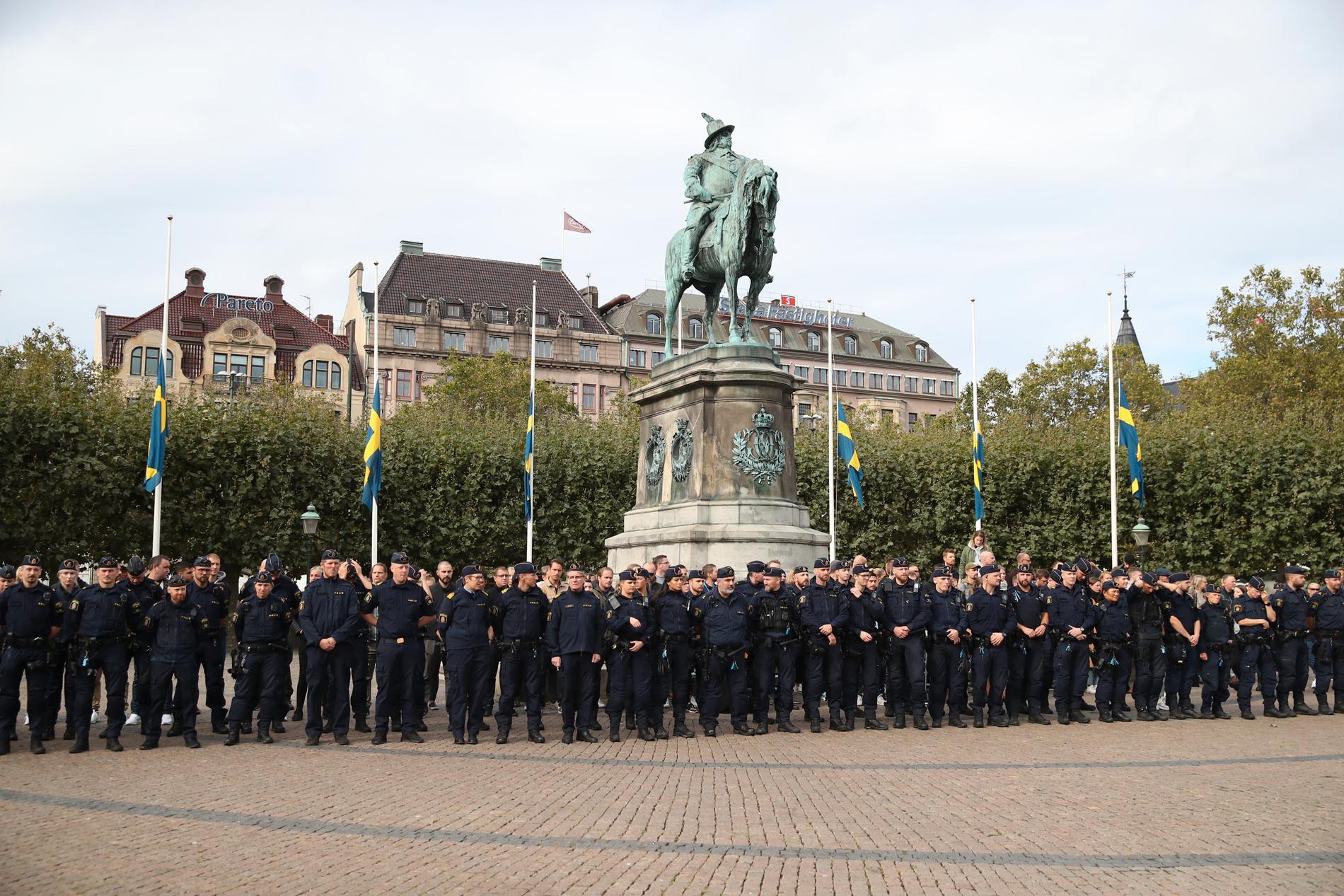Poliser i Malmö samlades och hyllade sina kollegor som dog i kraschen.