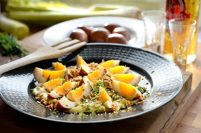 Inlagda ägg med rostad lök passar utmärkt som påskmat.