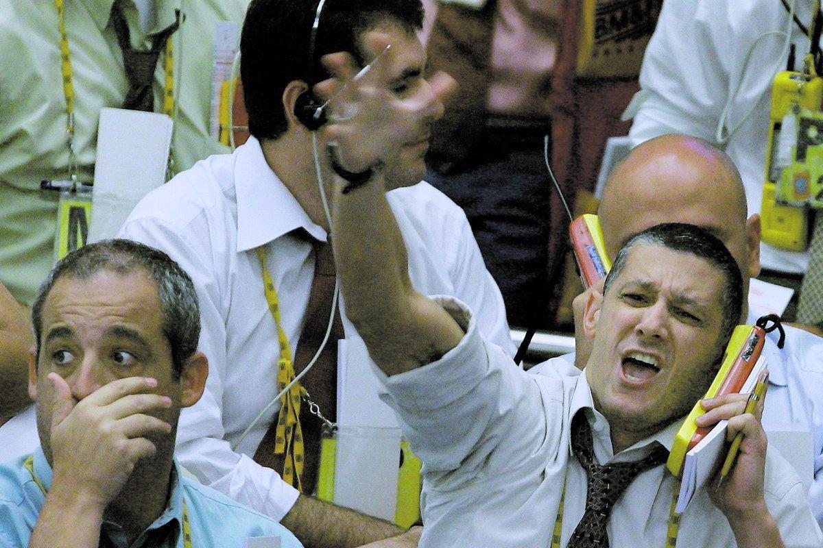 vänta med att sälja – eller köpa Mäklarna på börsen i brasilianska São Paulo såg panikslagna ut i går kväll när kurserna rasade med 10 procent. Men som privatperson ska man ta det lite lugnare. Just nu är läget så osäkert att ingen kan veta om man bör köpa eller sälja. Anders Andersson ger råd om vad du ska göra när den värsta turbulensen lagt sig.Foto : MAURICIO LIMA/afp