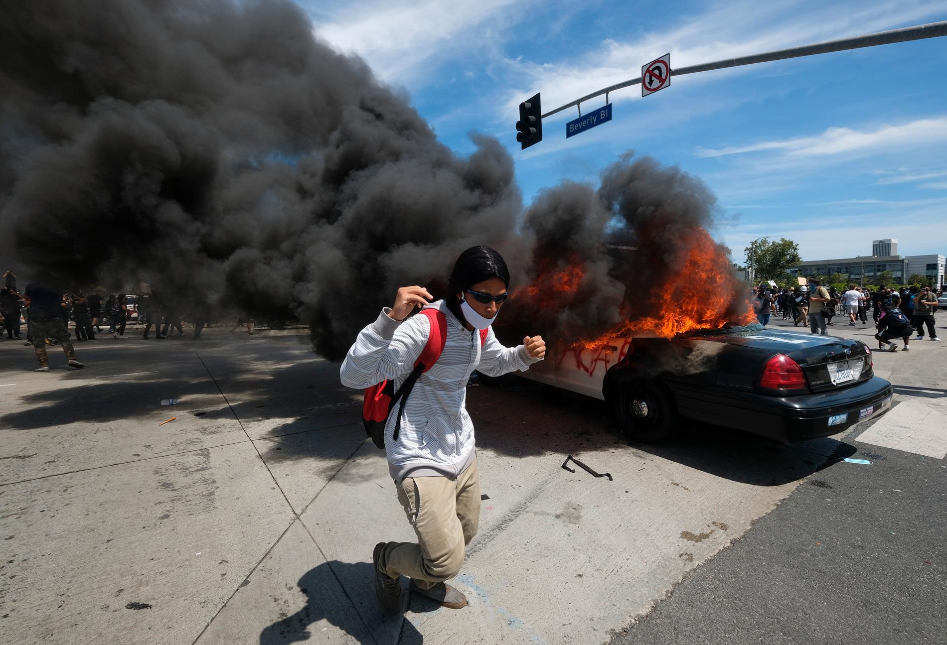 Brinnande polisbil i Los Angeles.