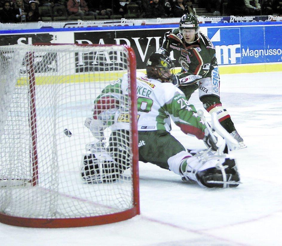 Tomi Kallio gör 3–0 bakom Penker.
