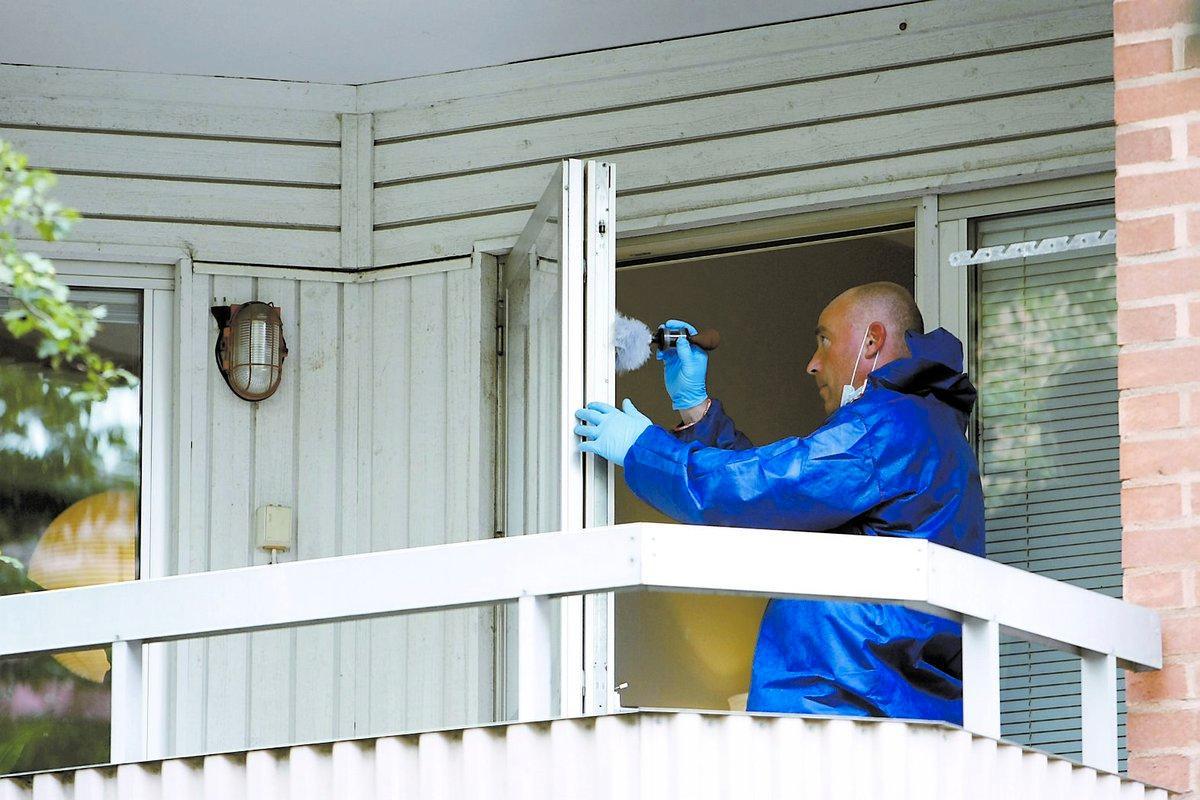 letar efter kniv Polisens tekniker undersöker 42-åringens balkong. Enligt uppgift till Aftonbladet söker polisen efter någon form av stickvapen.