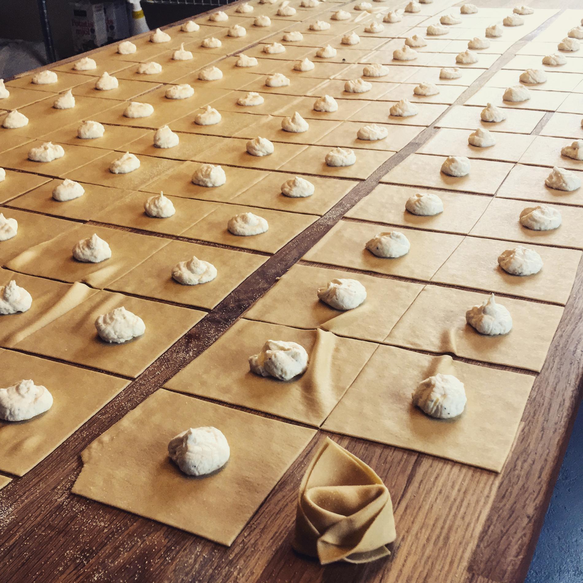 I den gamla verkstadslokalen görs den numera handknuten pasta.