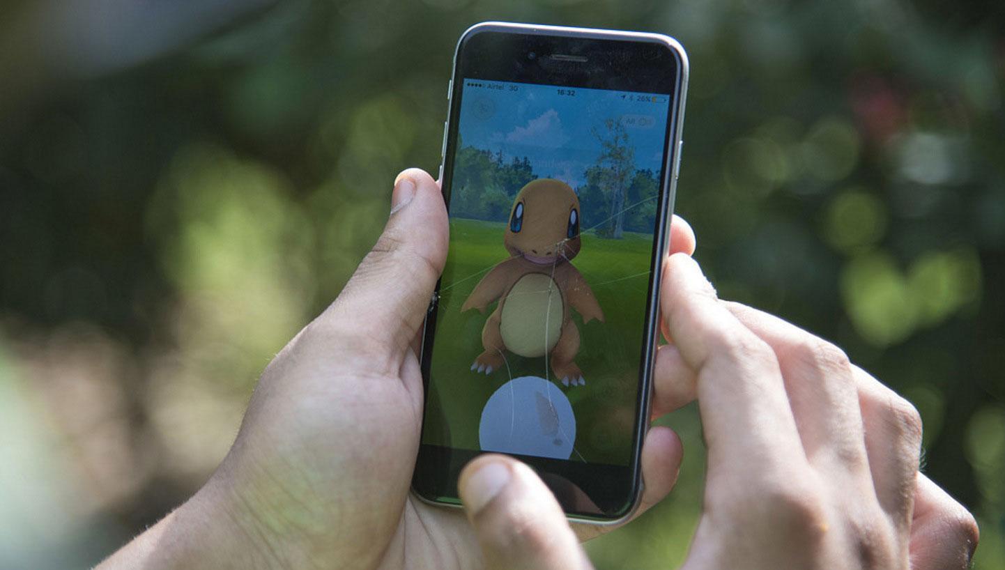 Arkivbild: Person spelar Pokemon Go.