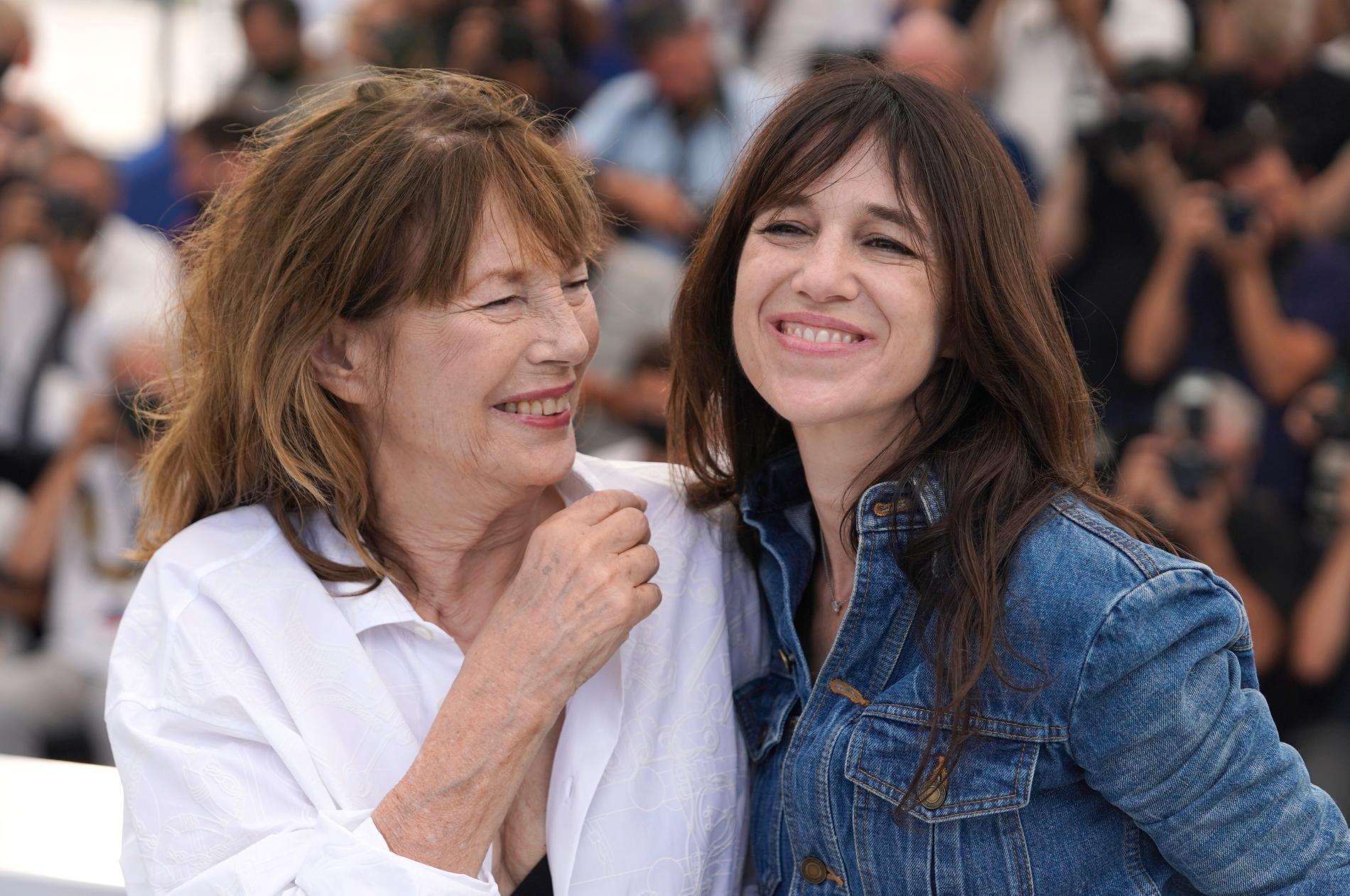 Jane Birkin och Charlotte Gainsbourg poserar för fotograferna på röda mattan i Cannes.