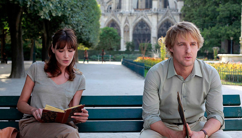 """Typisk roll för staden Paris. Carla Bruni och Owen Wilson i Woody Allens """"Midnatt i Paris""""."""