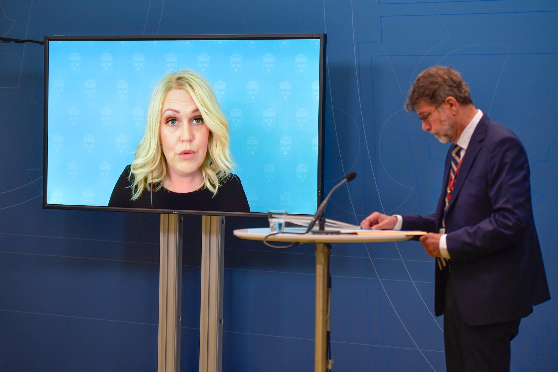 Socialminister Lena Hallengren (S) och utredaren Lars Hedengran håller pressträff om behovet av att modernisera smittskyddslagen.