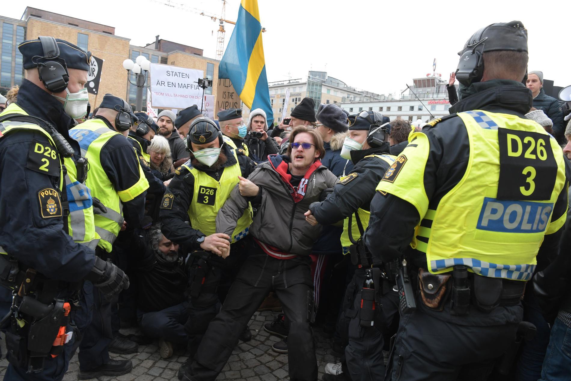 Polisen upplöser en demonstration på Medborgarplatsen där Organisationen Tusenmannamarschen för frihet & sanning protesterar mot coronarestriktioner den 6 mars.