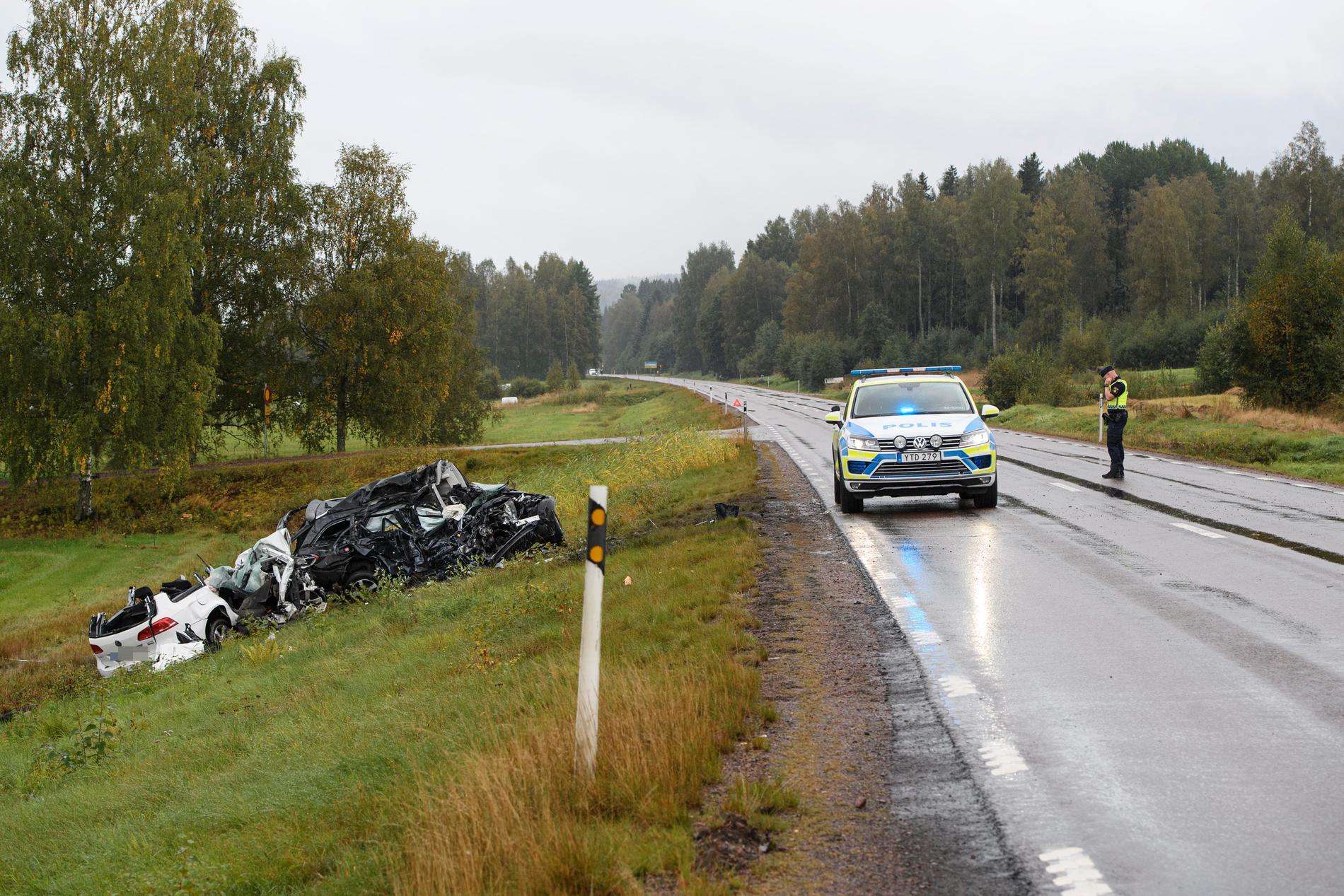 Tre personer dog i den mycket svåra olyckan. Bilarna totalförstördes.