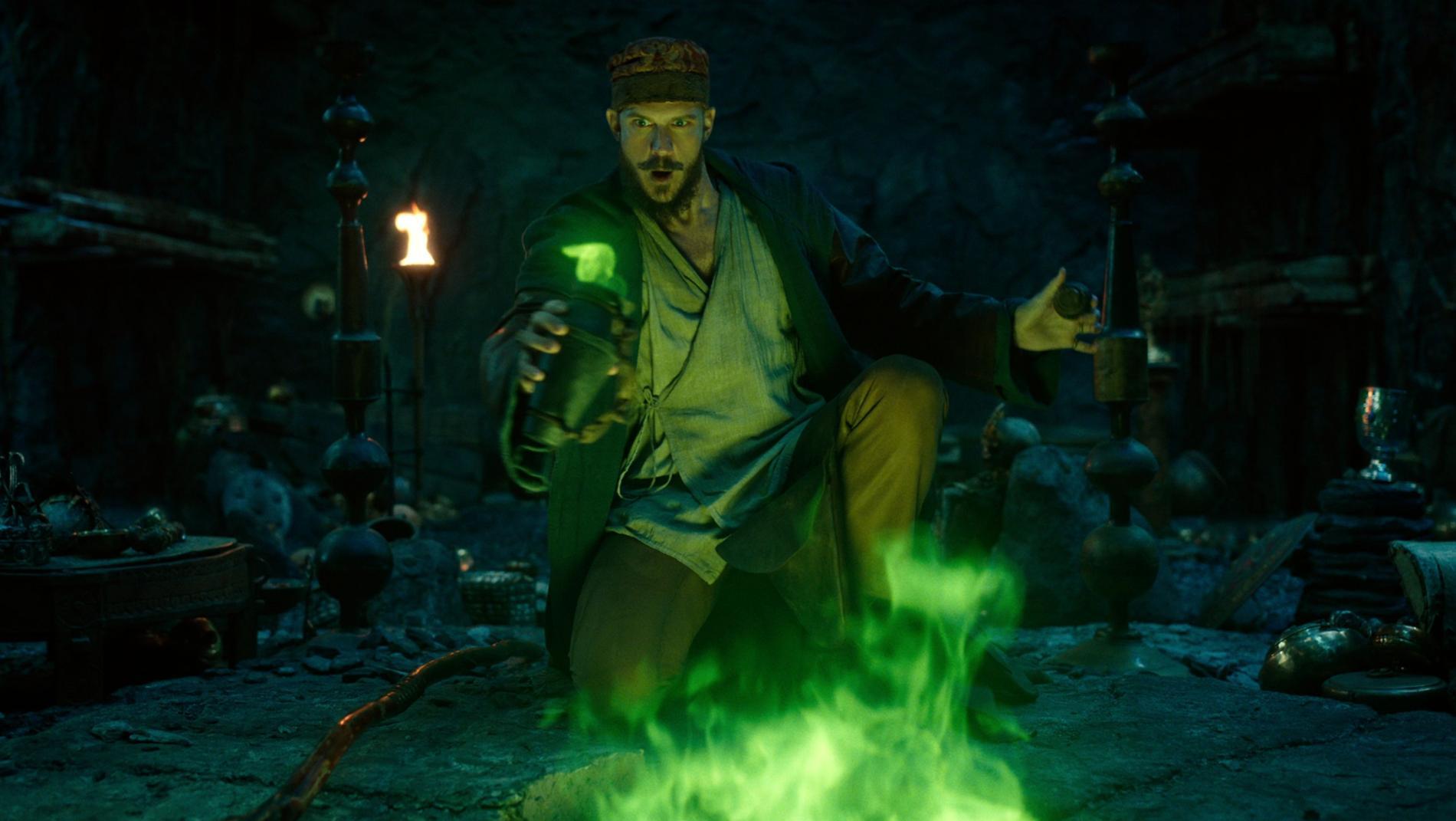 Gustaf Skarsgård som Merlin i Netflix-serien Cursed