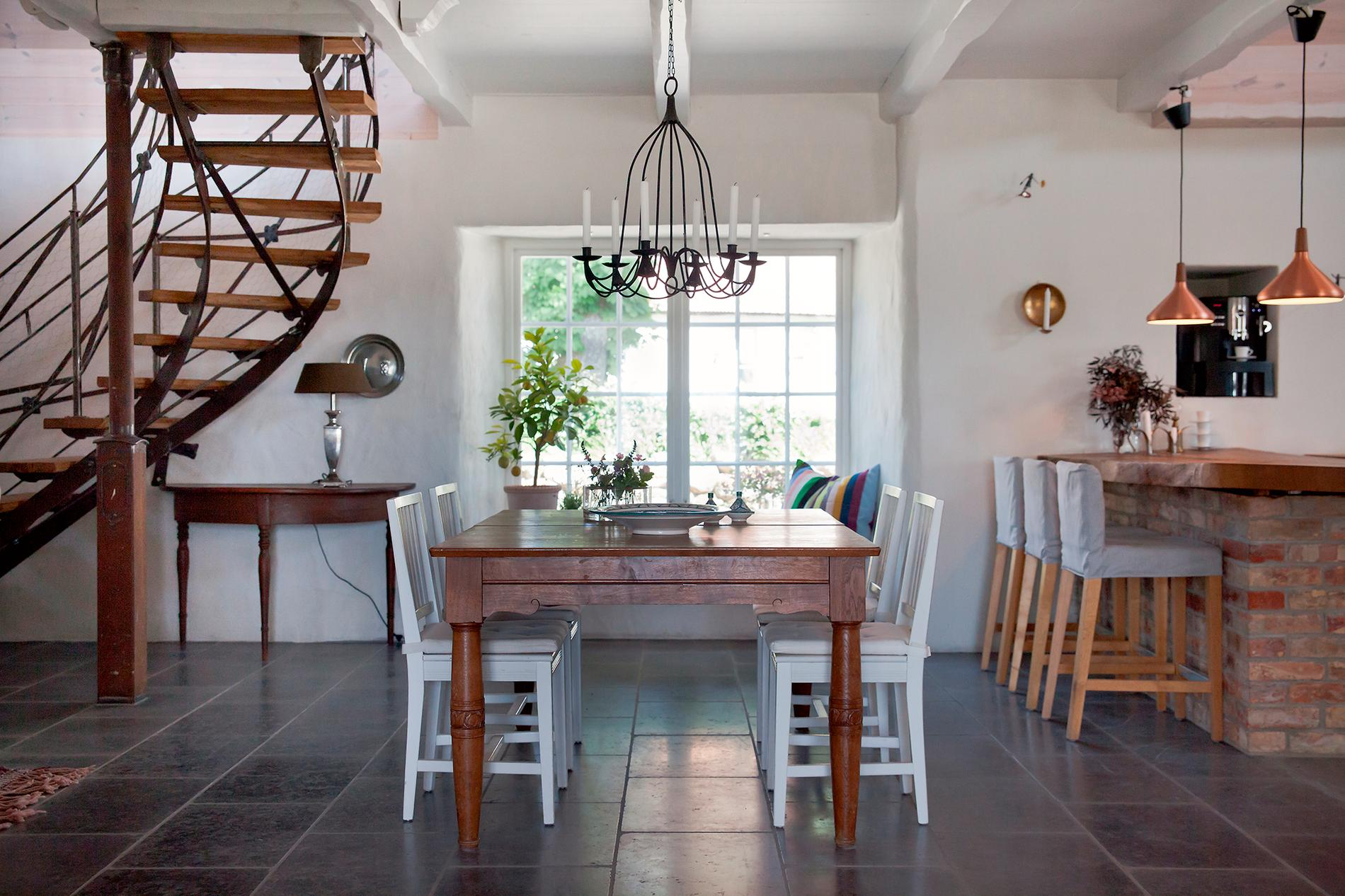 Matbordet kommer från Anders farmor och farfar och stolarna är köpta på Ikea.