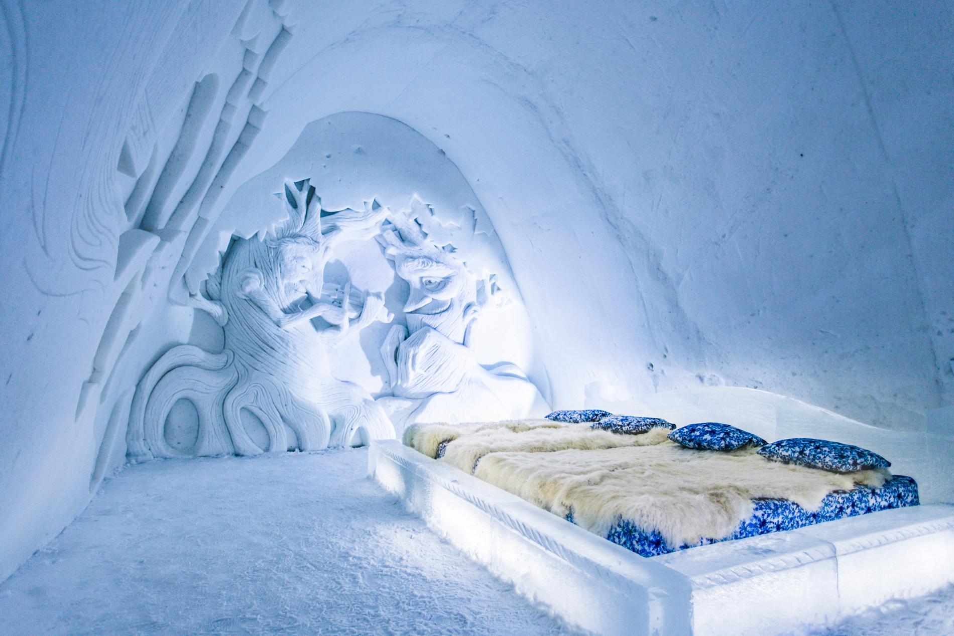 Pälsplädar och sovsäckar ska hålla besökarna varma.