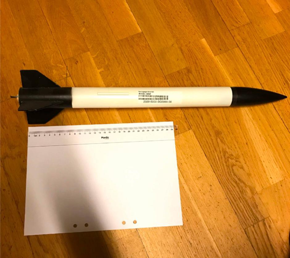 En hemgjord raket hittades bland mannens saker.