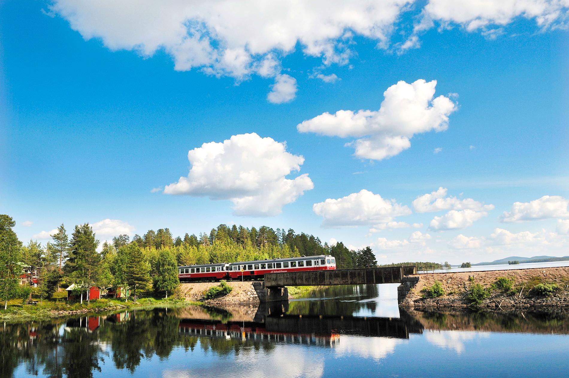 Utforskning av Sverige kan göras med Inlandsbanan.