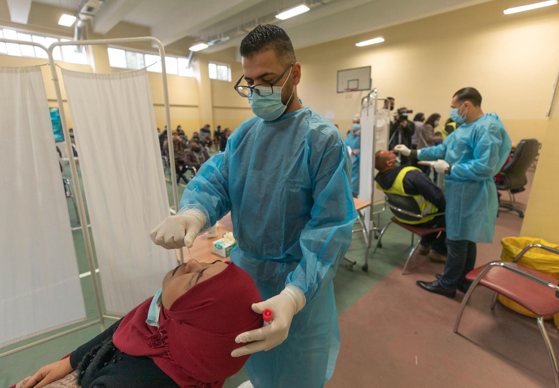 Vårdarbetare testar palestinier för covid-19 i Ramallah på Västbanken i mars 2021.