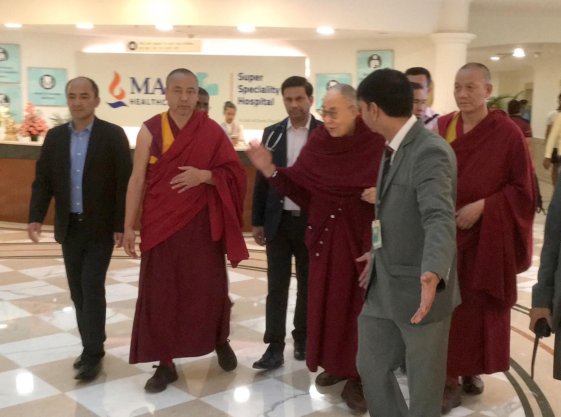 83-årige Dalai lama lämnar sjukhuset i Indien där han har vårdats sedan i tisdags.