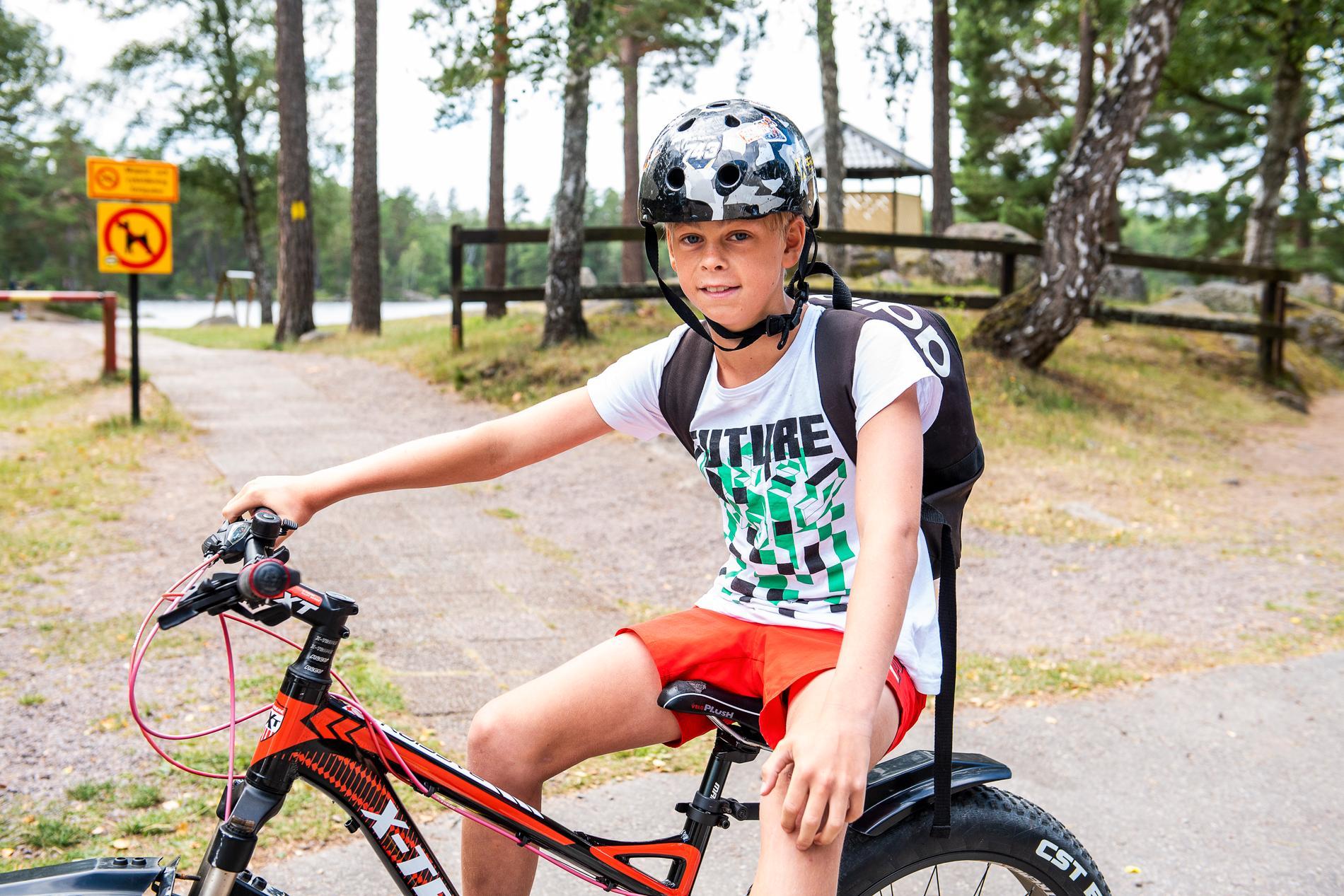 Hampus Magnusson Larsson gillar att cykla runt hemma i Målilla.
