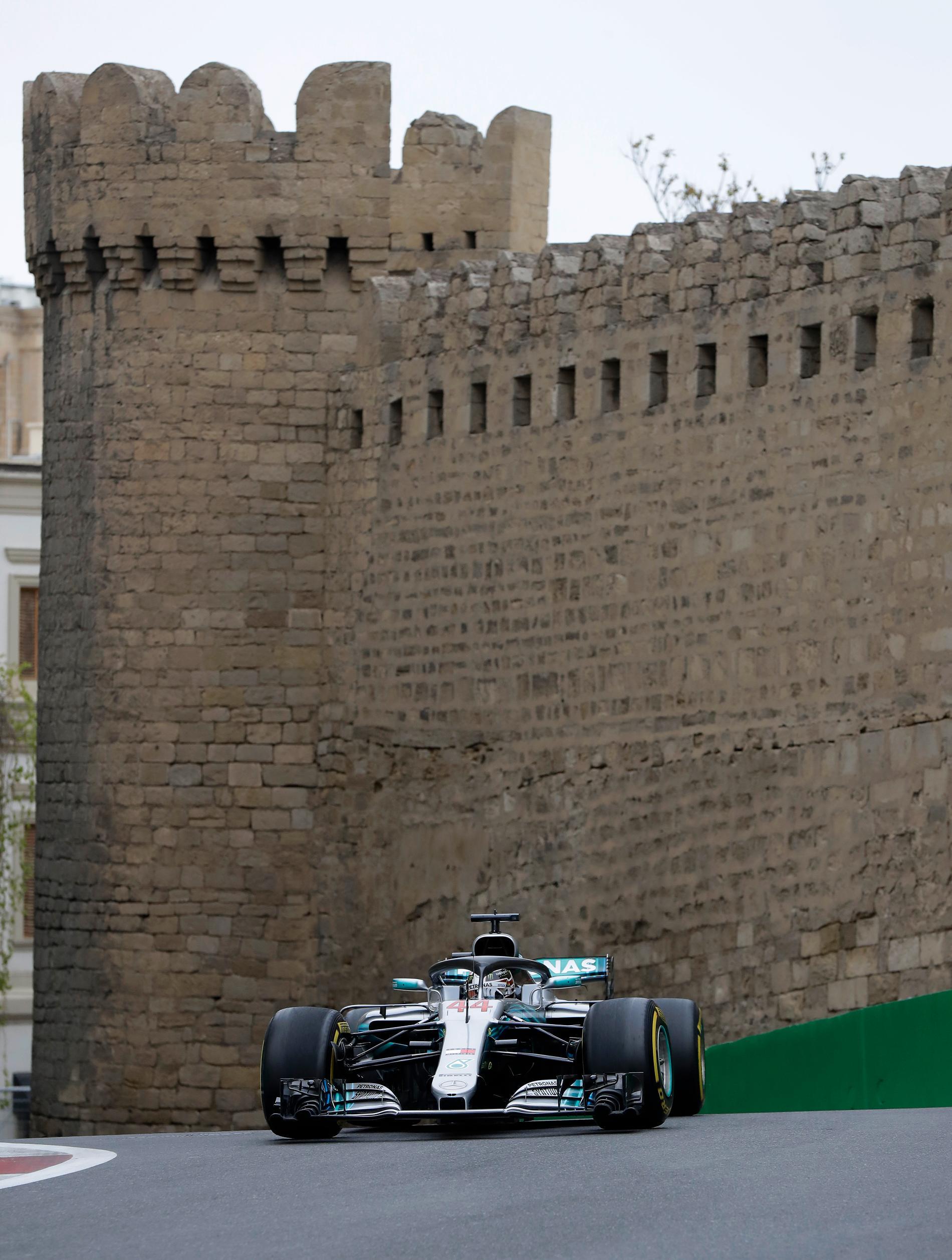 Lewis Hamilton på de trånga gatorna i Baku - här får du alla tider och datum  till Azerbajdzjan GP F1 2019