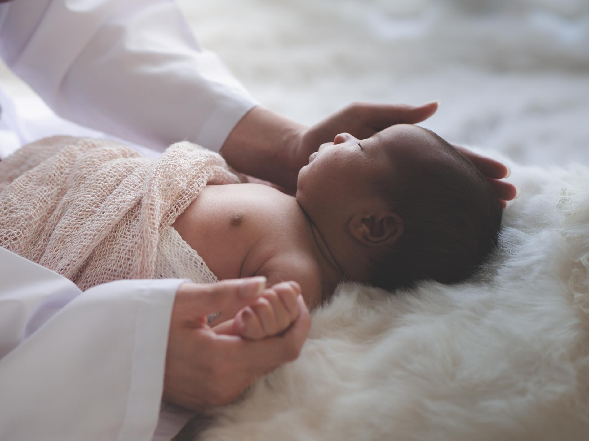 Ett nyfött spädbarn hör bra, och en månad gammal brukar hörseln vara fullt utvecklad.