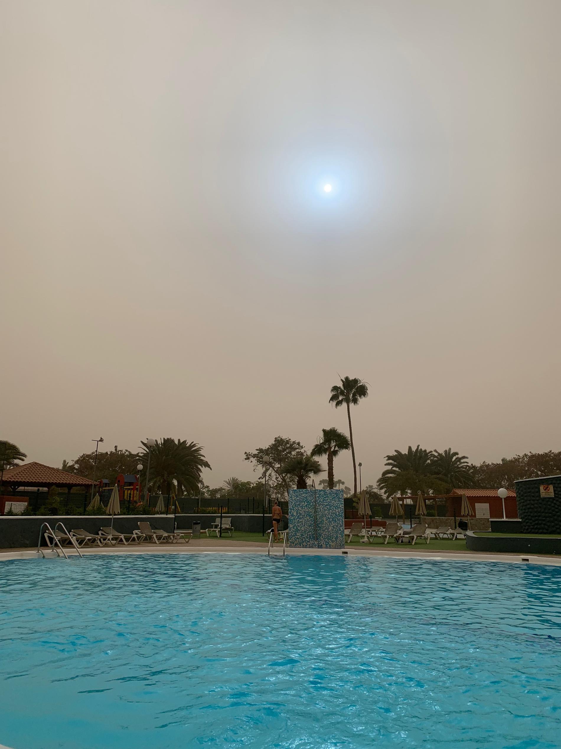 Inte ett moln på himlen i Maspalomas, men däremot är luften full av Saharasand.