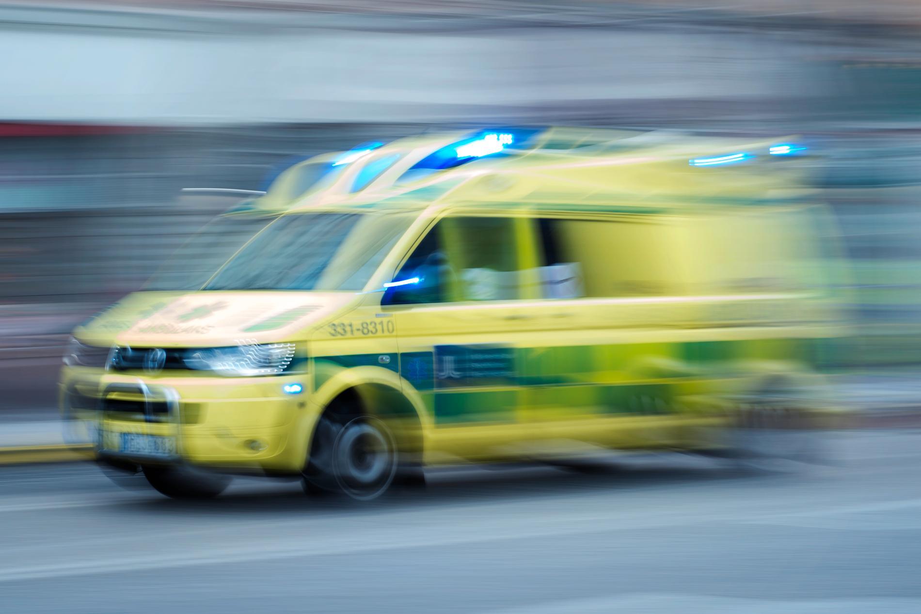 Mannen är förd till sjukhus med ambulans. Arkivbild.
