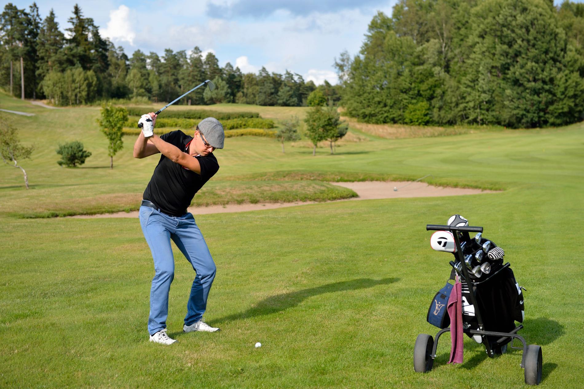 Jimmie Åkesson under en golfrunda. Arkivbild.