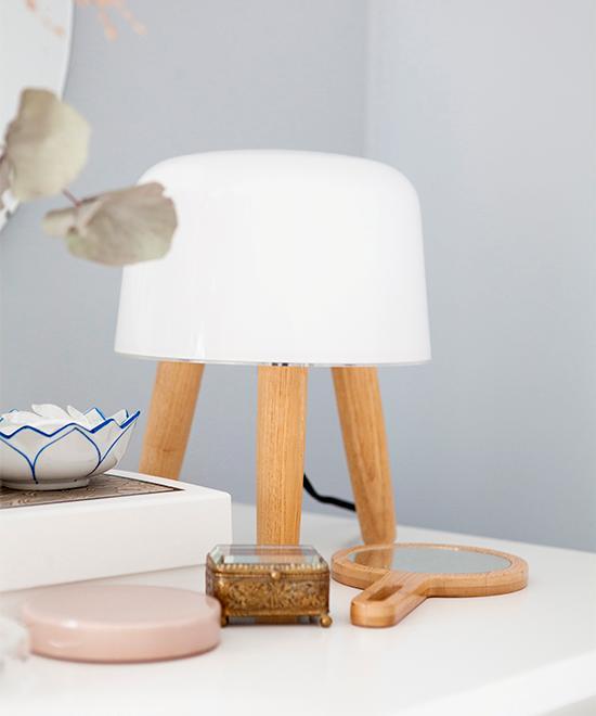 Fina detaljer i sovrummet. Lampan Milk från &Tradition, spegel från Ikea och rosa glasask från Hay. Blåvit skål köpt på loppis. Det lilla smyckeskrinet har Hanna fått av sin farmor.