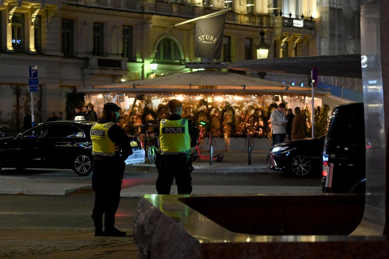 Bild från i onsdags när polisen övervakade köerna på Stureplan i Stockholm.