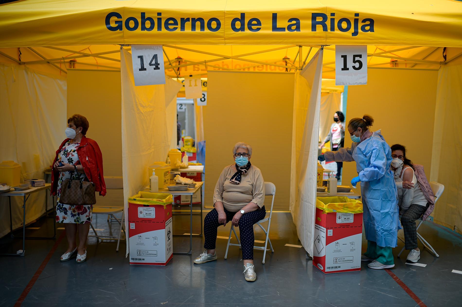 Spanjorer vaccineras med Pfizer-Biontechs vaccin mot covid-19 i Alfaro i landets norra delar i maj.