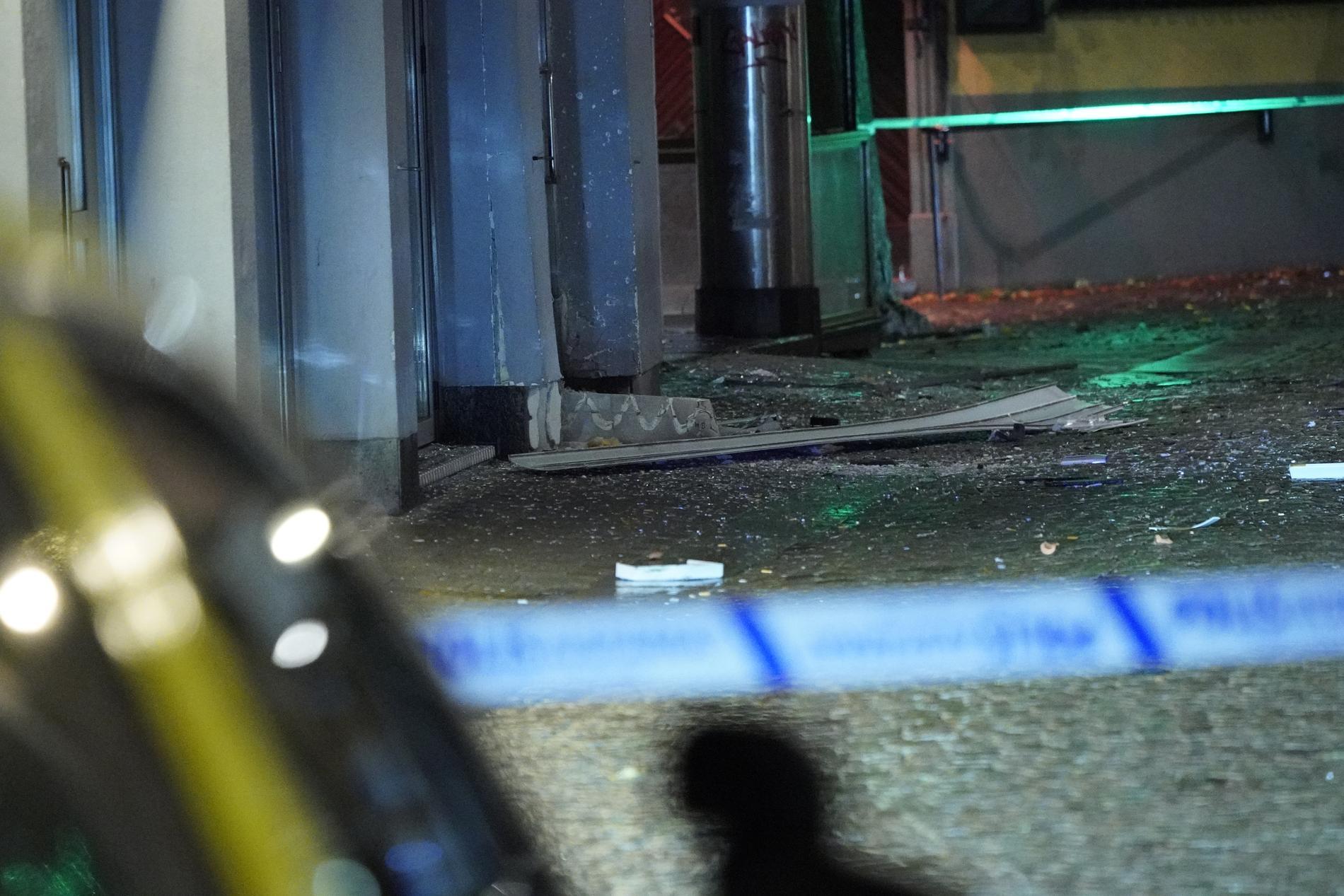 Fönsterrutor krossades och en entrédörr skadades i detonationen.