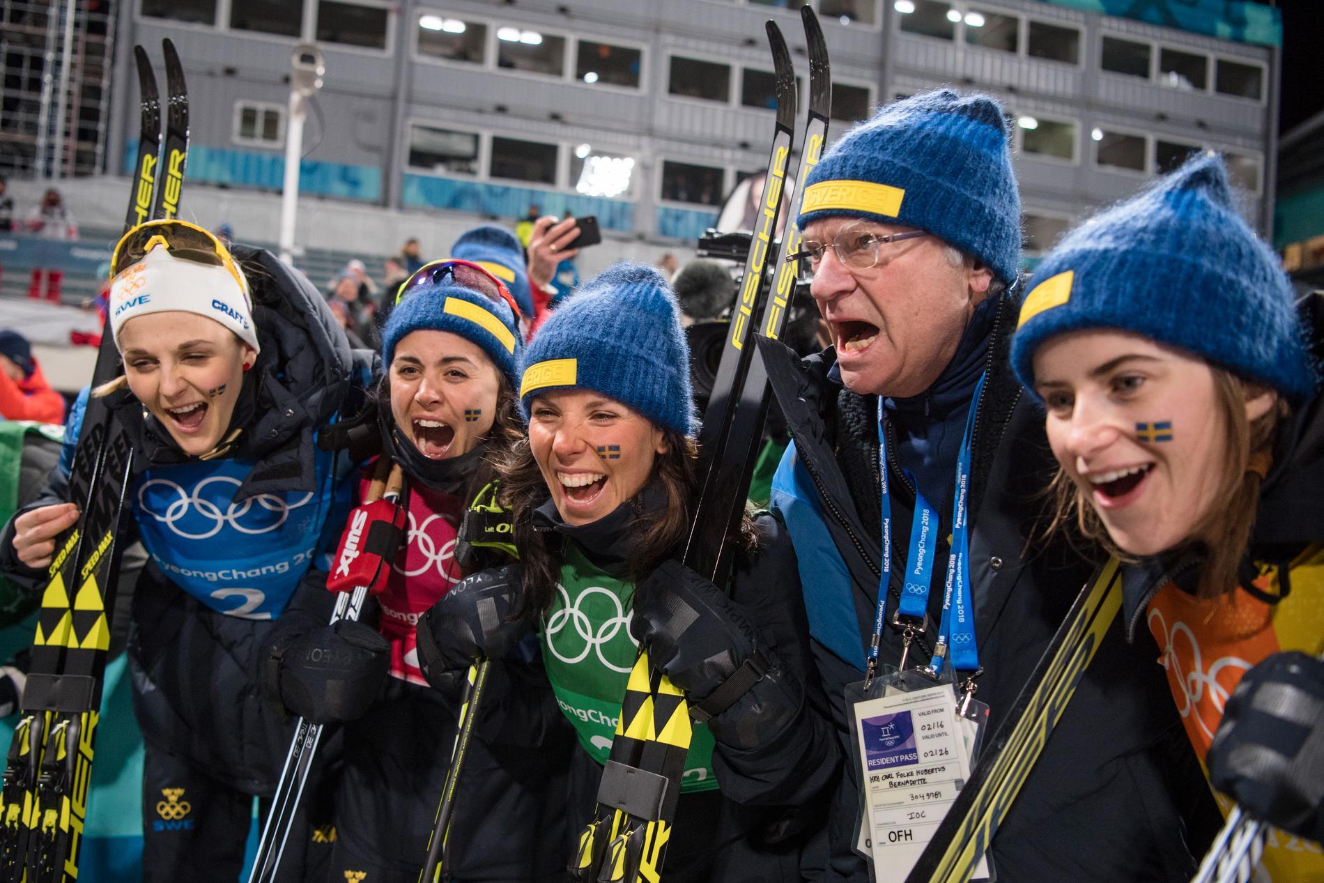 Regerande olympiska mästarna Sverige firar med kung Carl XVI Gustaf efter OS-guldet 2018.