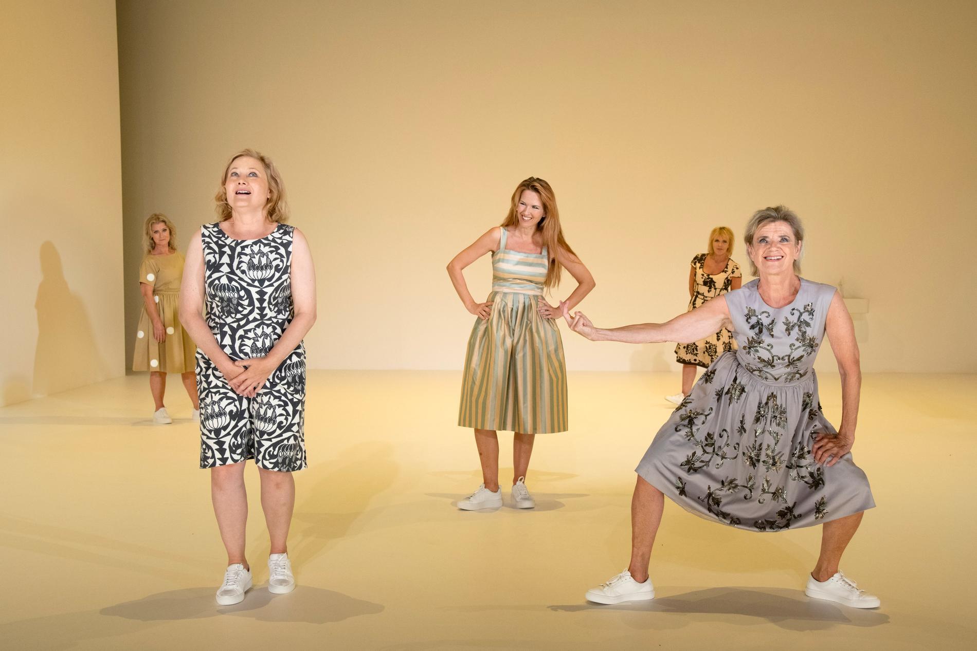 Lena Endre, Kristina Törnqvist, Elin Klinga, Inga-Lill Andersson och Stina Ekblad bygger en kvinnostad av ord på Dramatens Elverket.