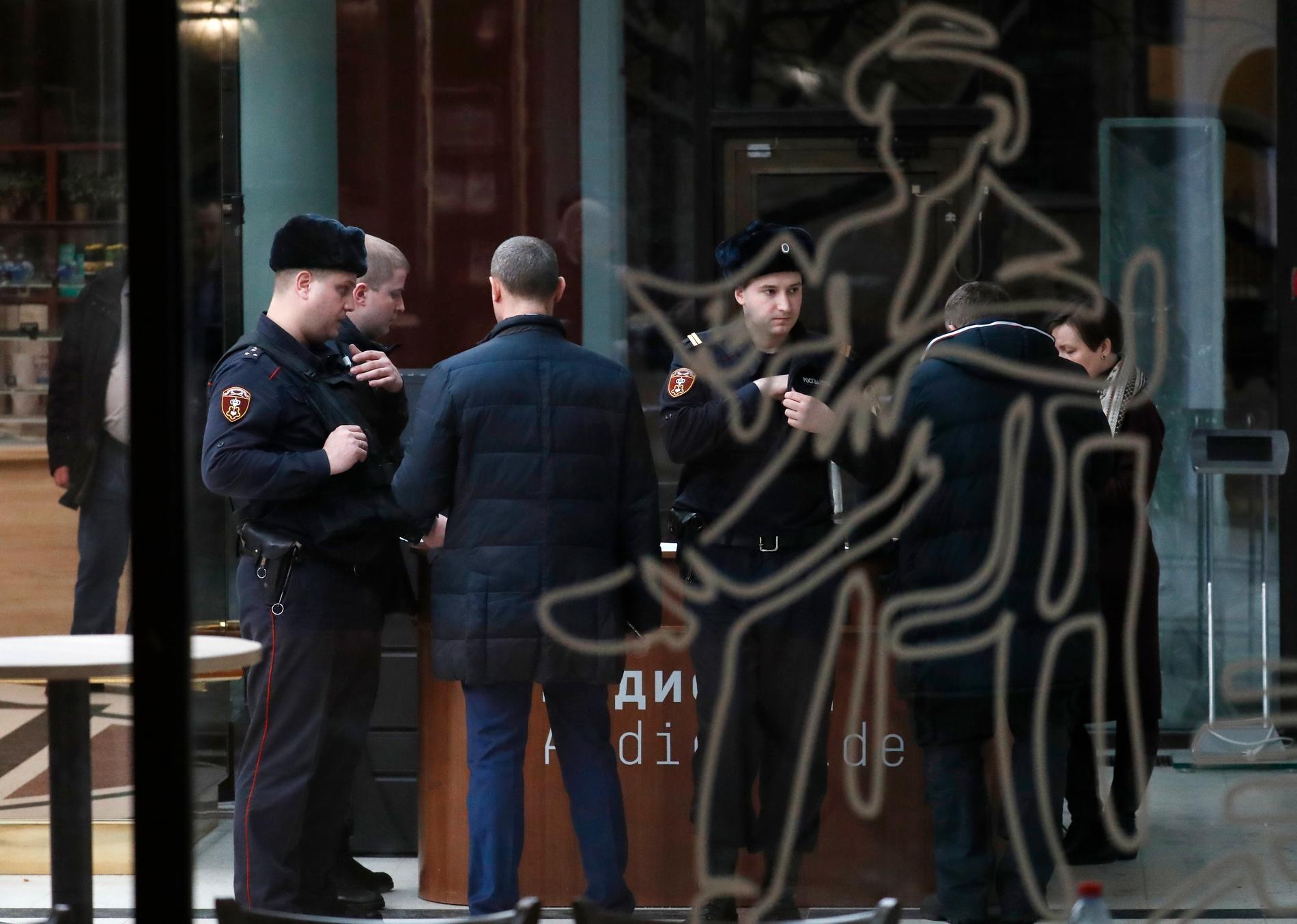Polisen på plats på Tretjakovgalleriet i Moskva efter den fräcka tavelstölden.