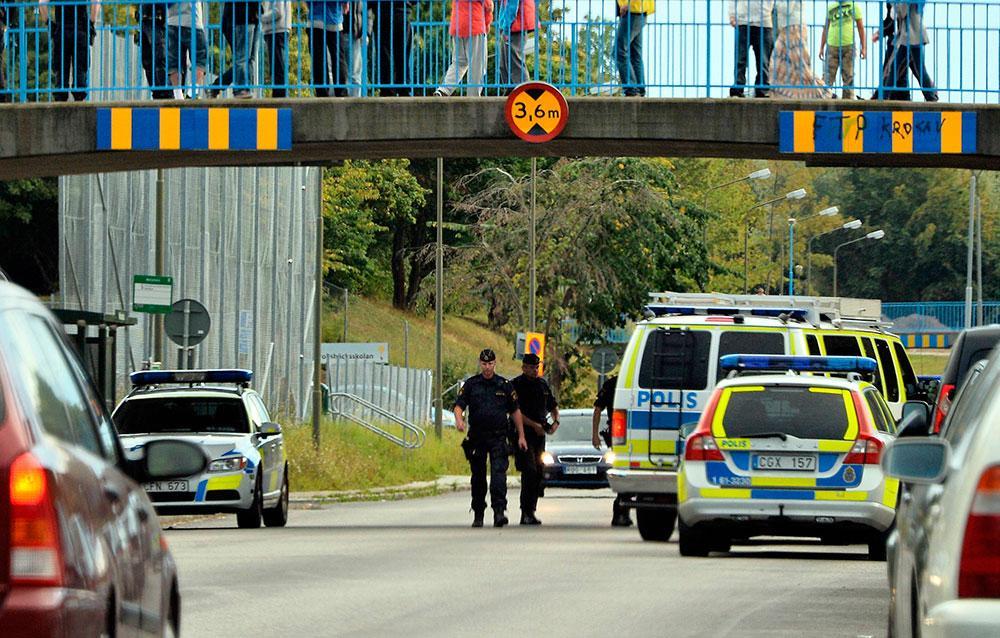 FÖRSÖKTE KASTA NER PAPPAN FRÅN BRO Pappan och hans ettårige son överfölls på en bro över Hyllievångsvägen i Malmö. Både pappan och hans son blev misshandlade.