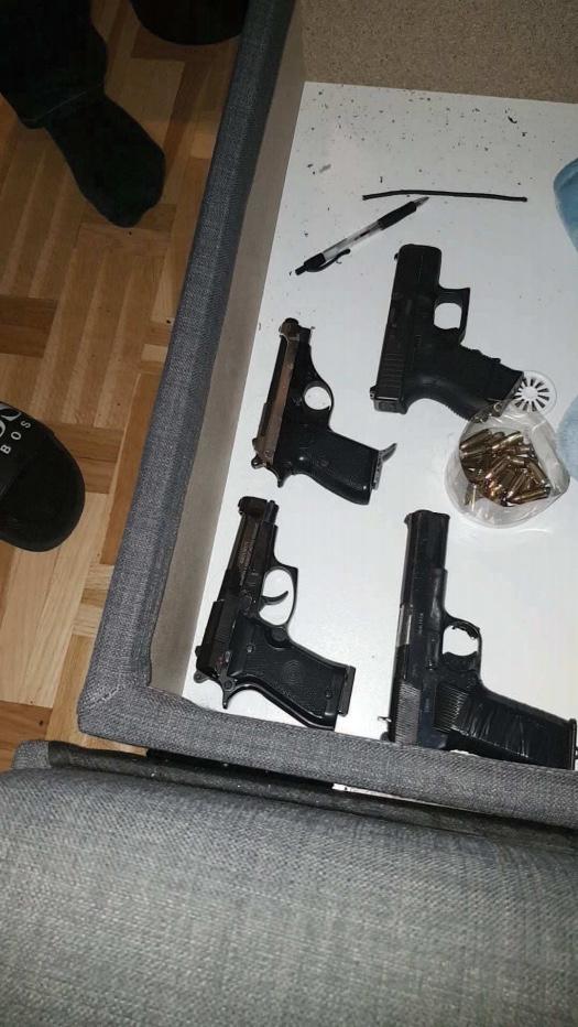 Bilder på vapen hittade i en av de misstänktas mobiler.