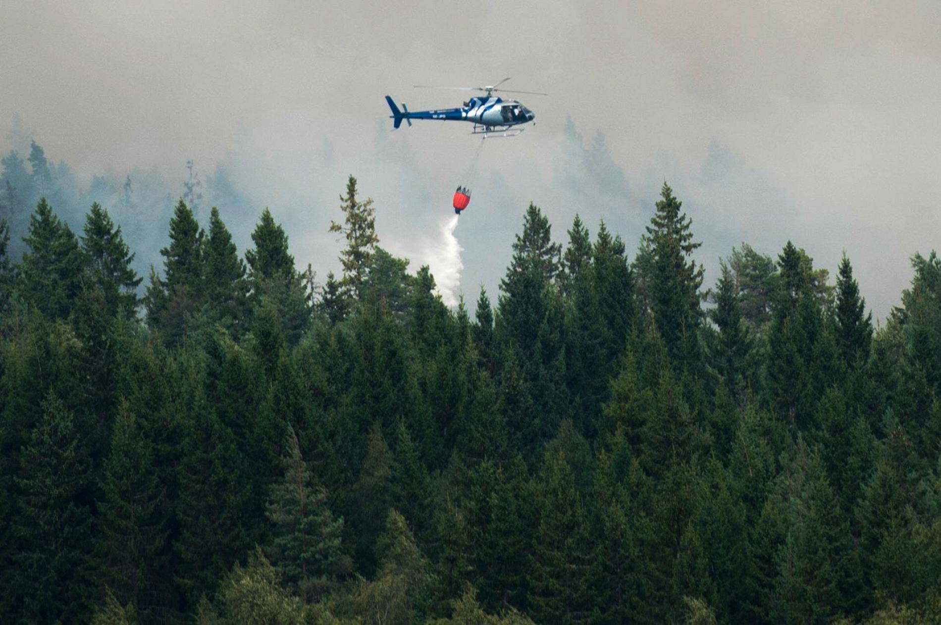 Det har varit problem med den interna kommunikationen under släckningsarbetet av skogsbranden utanför Ånge. Bilden visar släckning av en tidigare skogsbrand.